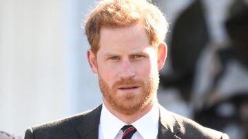 """PHOTOS – Sans Meghan, le prince Harry """"tripote"""" son alliance, une spécialiste du langage des gestes décrypte son attitude"""