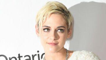 PHOTOS – Kristen Stewart mutine avec une coupe courte blond platine et un smoky-eye intense