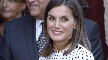 PHOTOS – Letizia d'Espagne, sa robe blanche à pois noirs Massimo Dutti ne coûte que 132 €!