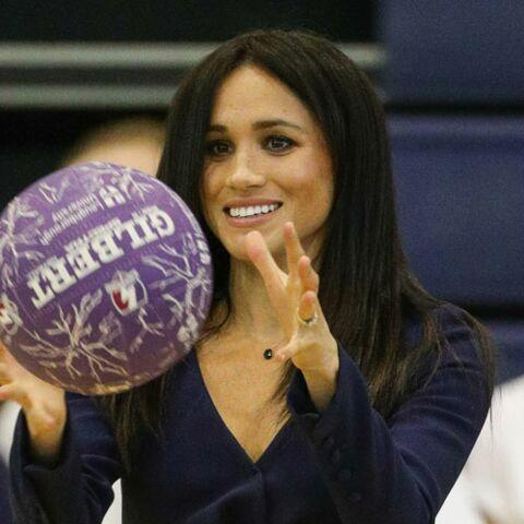 PHOTOS – Meghan Markle mouille la chemise: elle fait du basket en talons aiguilles