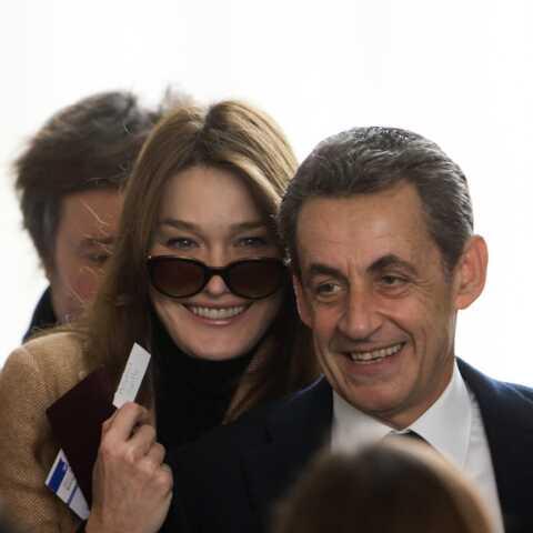 Nicolas Sarkozy ravi d'un cadeau symbolique: Carla immortalise la scène