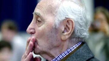 VIDÉO – Quand Charles Aznavour se recueillait devant le caveau où il va rejoindre son fils Patrick
