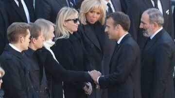 VIDEO – La femme et les enfants de Charles Aznavour soutenus par Emmanuel Macron
