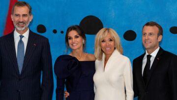 PHOTOS – Letizia d'Espagne sublime en robe prune one-shoulder face à Brigitte Macron en blanc immaculé