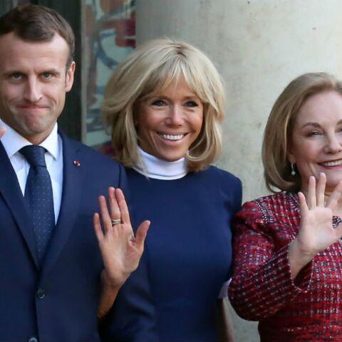 PHOTOS – Brigitte Macron toujours rayonnante dans une robe bleue assortie à la tenue de son mari