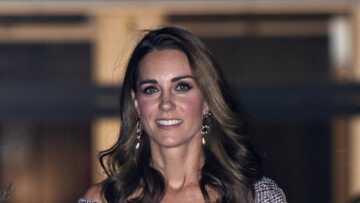 PHOTOS – Kate Middleton rajeunit son style avec un décolleté audacieux, des manches effilochées et des talons hauts