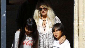 PHOTOS – Laeticia Hallyday et ses filles, les larmes aux yeux, sur la tombe de Charles Aznavour