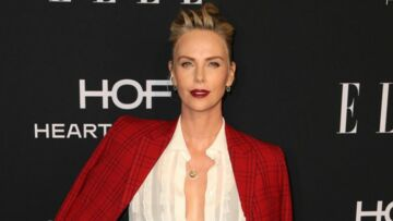 PHOTOS – Charlize Theron ultra sexy en chignon rock, décolleté plongeant et rouge carmin