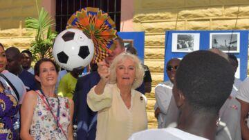 VIDEO – Moment de gêne pour Camilla qui se ridiculise devant des footballeurs ghanéens et le prince Charles