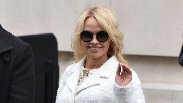 Pamela Anderson, très hot, se dévoile en sous-vêtements en dentelle