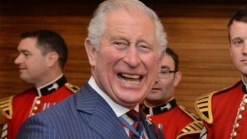 PHOTOS – Le prince Charles, tout émoustillé par ses retrouvailles avec une pop star très sexy