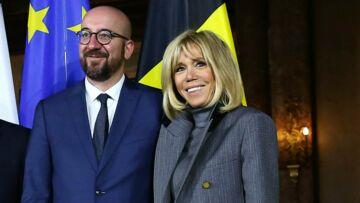 PHOTOS – Brigitte Macron, très chic en robe et manteau gris: un clin d'œil à Melania Trump?
