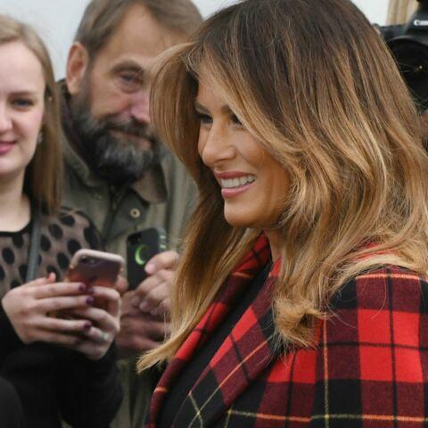 PHOTOS – Melania Trump éblouissante en manteau tartan rouge pour accueillir l'arbre de Noël à la Maison Blanche