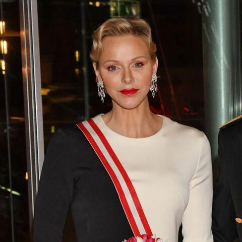 PHOTOS – Charlène de Monaco époustouflante dans une robe bicolore au bras de son mari le prince Albert II