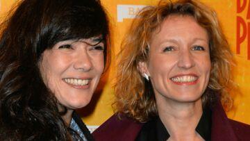 PHOTO – Alexandra Lamy et Mélanie Doutey font la fête en fausses moustaches et langue de belle-mère!