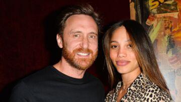 PHOTOS – David Guetta et sa compagne super sexy en bikini: le couple très amoureux à la plage