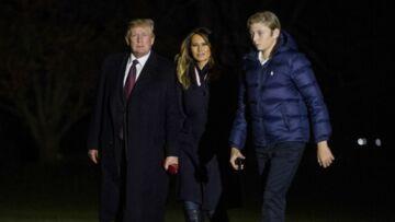 PHOTOS – Melania Trump très élégante en bottes en cuir et gants bordeaux, la couleur tendance de la saison