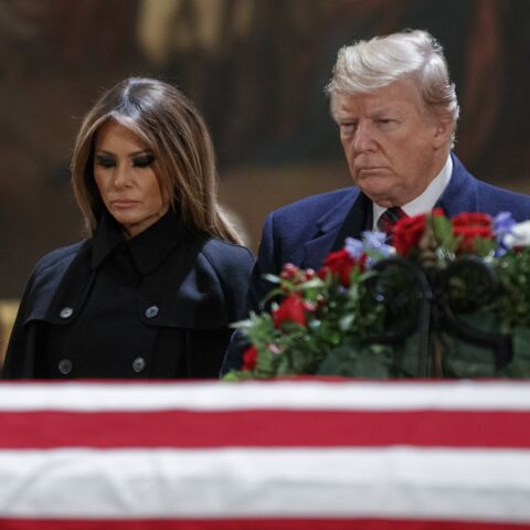 PHOTOS – Melania Trump solennelle et digne au côté de son mari pour rendre hommage à George H. W. Bush