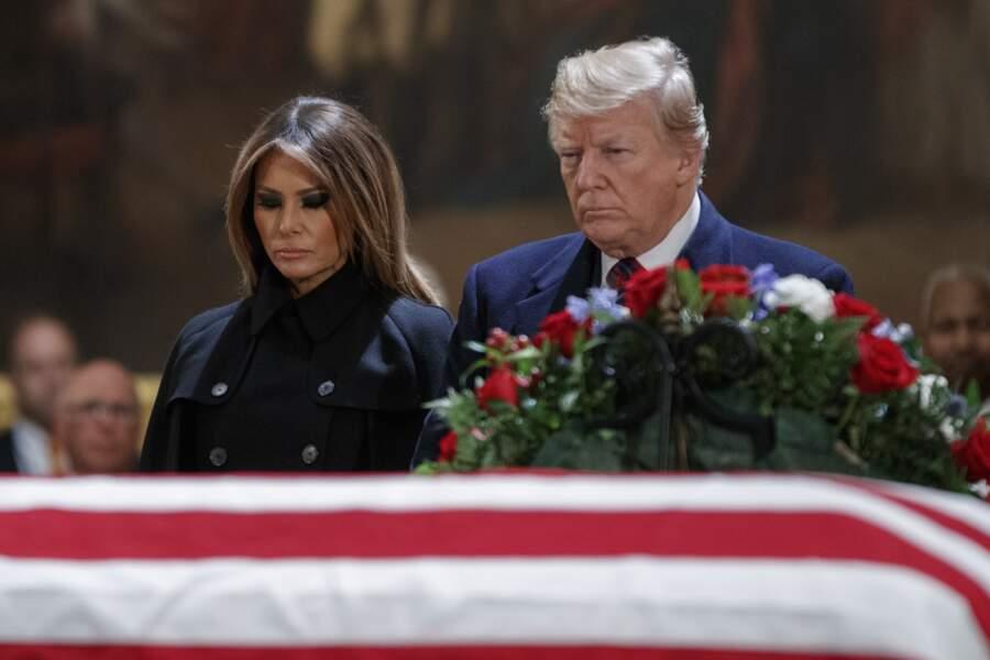 Ils sont restés devant le cercueil recouvert du drapeau américain