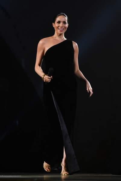 Une robe noire à accessoiriser avec des escarpins dorés  comme Meghan Markle