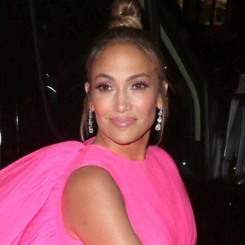PHOTOS – Tenues de fête: comme Jennifer Lopez irrésistible à 49 ans, osez la couleur et les paillettes!