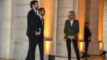 """PHOTOS – Brigitte Macron: qui sont ces deux """"garçons"""" qui la protègent dans la tourmente"""