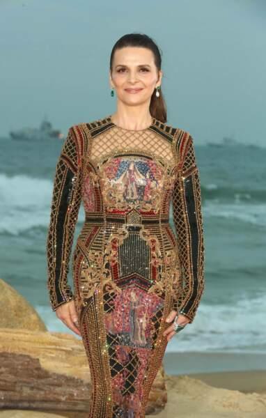 Juliette Binoche ose le total look gold lors d'un festival de cinéma chinois