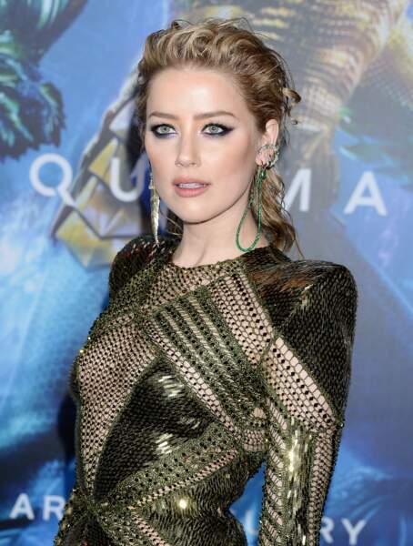 Amber Heard canon avec un smoky-eye violine et une queue-de-cheval wet très tendance