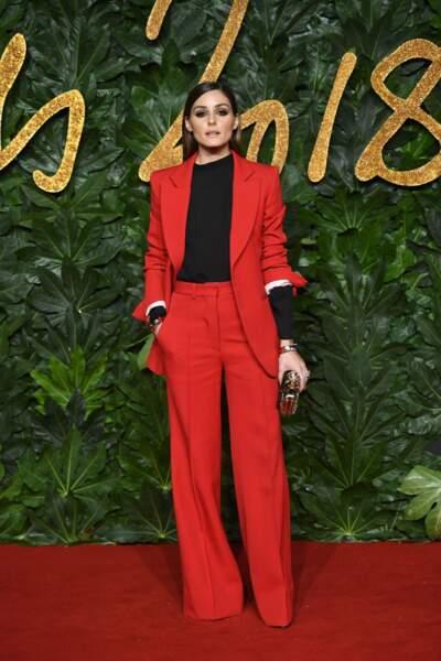 L'influenceuse Olivia Palermo est un modèle de sophistication, ici en costume féminin rouge.