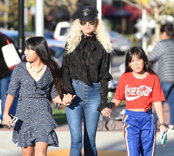Laeticia Hallyday part en virée shopping avec ses filles Jade et Joy à Pacific Palisades le 17 décembre.