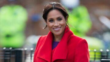 PHOTOS – Meghan Markle rayonnante dans un manteau et une paire d'escarpins rouges!