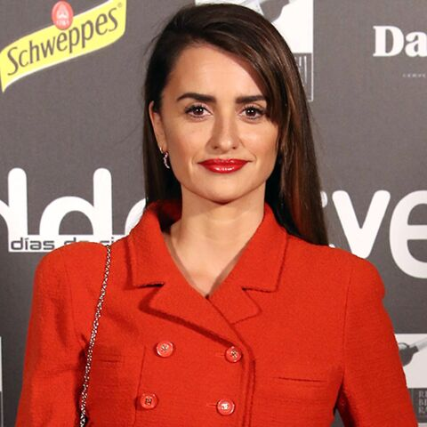 PHOTOS – Penélope Cruz sexy en slim en cuir et veste rouge en tweed, la matière tendance de l'année 2019