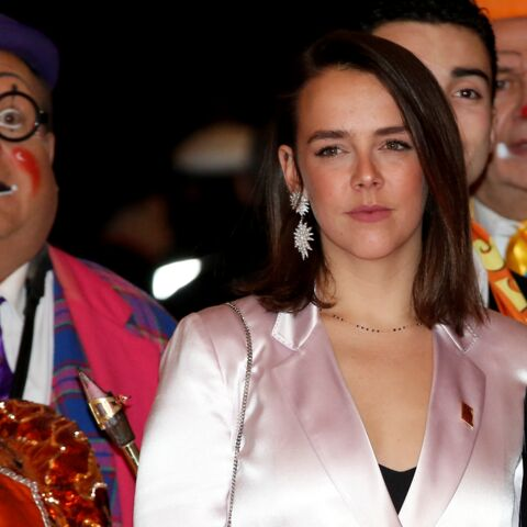 PHOTOS – Pauline Ducruet, resplendissante en tailleur pantalon rose satiné, attire tous les regards