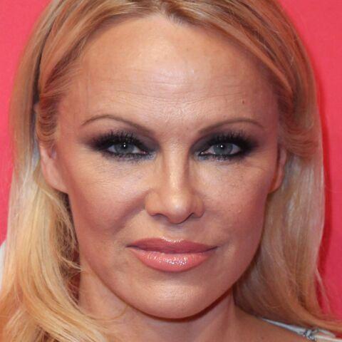 PHOTO – Pamela Anderson fustige Emmanuel Macron et ses écarts de langage
