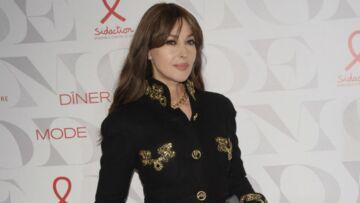 PHOTOS – Monica Bellucci sexy et impériale en trench long et chemiser transparent