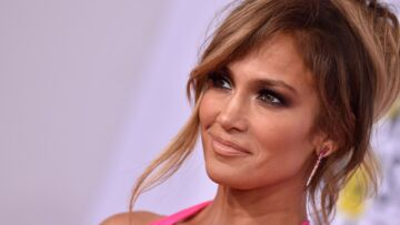 PHOTOS – Jennifer Lopez, à presque 50 ans, elle affiche ses abdos