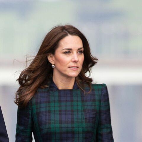 PHOTOS – Kate Middleton, glamour, dévoile ses jambes fines dans un court manteau tartan