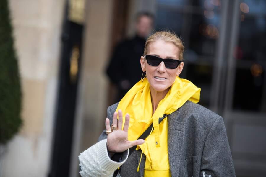 Céline Dion dans un poncho jaune Martin Margiela à 1430 £ soit 1645 €