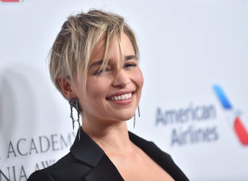 La sublime Emilia Clarke assume la sexy attitude de ses cheveux courts.