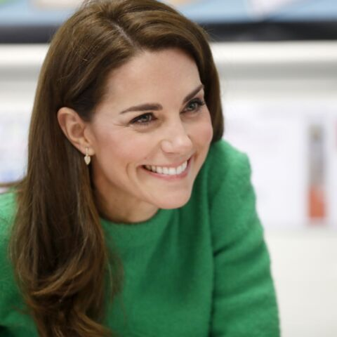 PHOTOS – Kate Middleton surprend ses fans en robe verte flashy et paire de boots soldées