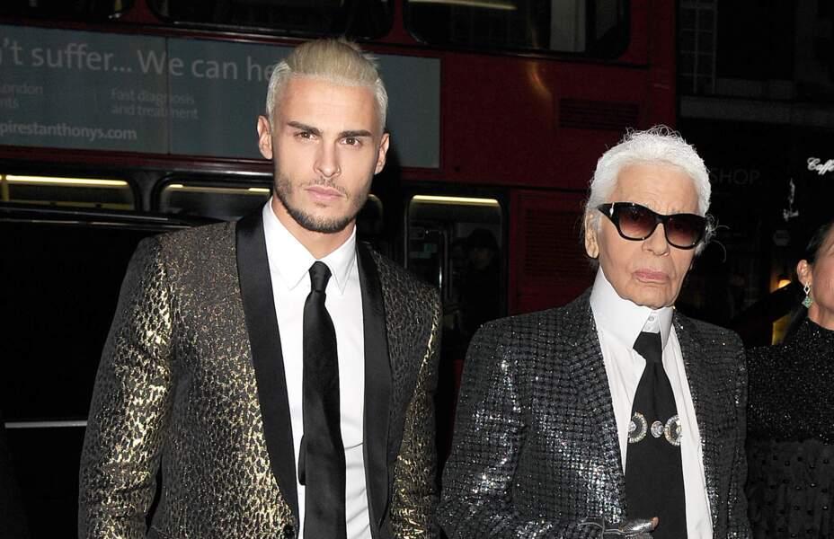 """Baptiste Giabiconi et Karl Lagerfeld au vernissage de l'exposition """"Mademoiselle Privé"""" à Londres, en 2015"""