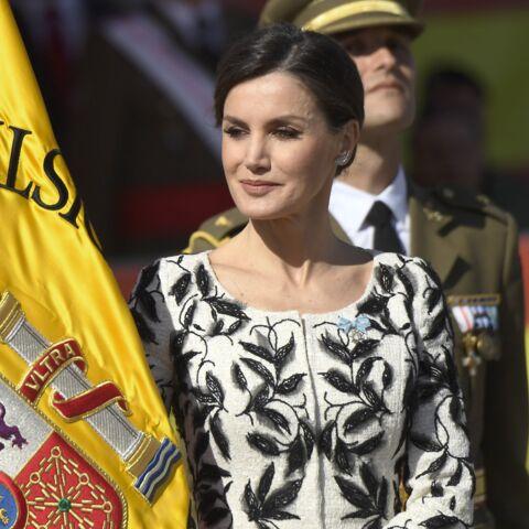 PHOTOS – Letizia d'Espagne fait sensation en chignon banane et robe brodée de plumes
