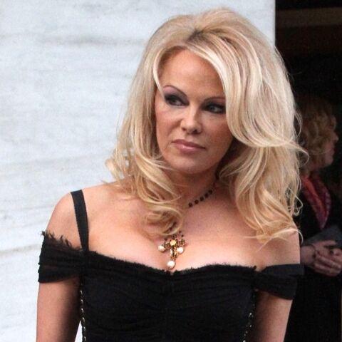 PHOTOS – Pamela Anderson sexy en robe longue noire moulante dans les rues de Athènes
