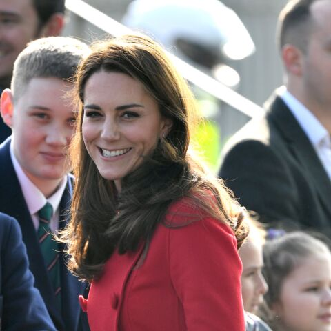 PHOTOS – Kate Middleton sublime en manteau rouge Carolina Herrrera pour une visite surprise à Belfast