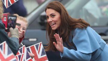 PHOTOS – Kate Middleton sublime en manteau bleu: découvrez à quelle célèbre nounou la compare la presse anglaise