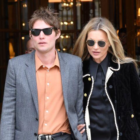 PHOTOS – Kate Moss très chic au bras de son amoureux Nikolaï Von Bismarck