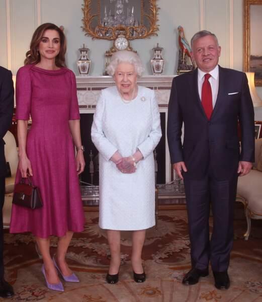 La main de la reine Elizabeth II est bleue