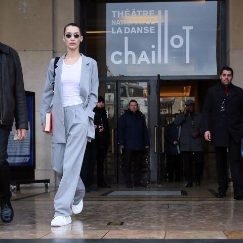 PHOTOS – Bella Hadid, divine, à la sortie du défilé Haider Ackermann, en top blanc et sans soutien-gorge