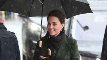 PHOTOS – Kate Middleton ravissante en vert olive sous la pluie, elle garde le sourire