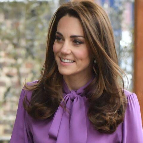 PHOTOS – Kate Middleton son nouveau look fait jaser: a-t-elle mis son chemisier à l'envers?